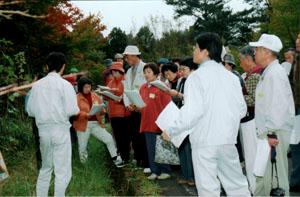 複層林の説明を受ける参加者(西米良村)